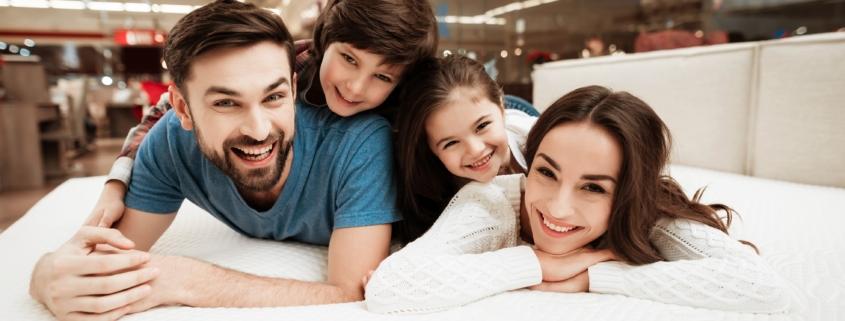 Famille sur un matelas